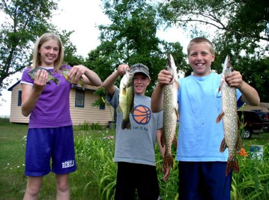 Four Seasons Resort on Rush Lake: kids fishing