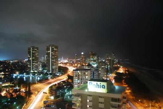 Hi Surf Beachfront Resort Apartments: Night time shot looking back over beach and city