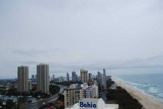 Hi Surf Beachfront Resort Apartments: Day time shot looking back over beach and city