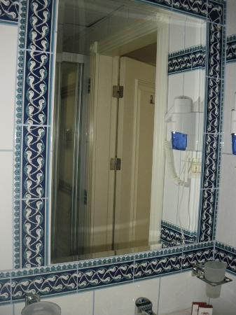 And Hotel: bathroom