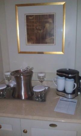 Hilton Lac-Leamy: Mini Bar, coffee machine...