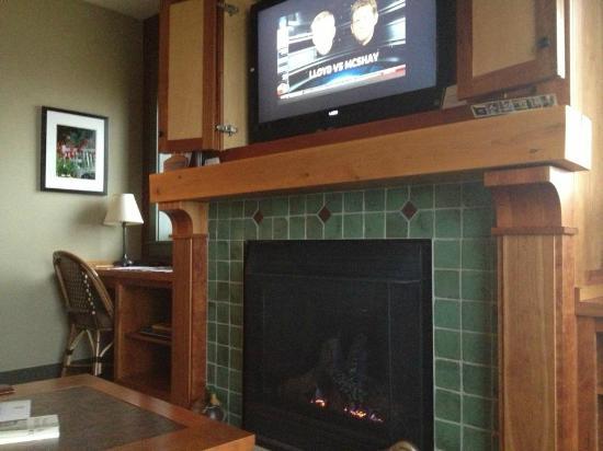 Tamarack Lodge: Fire Place/TV