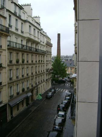 Plaza Tour Eiffel: From our room looking up street