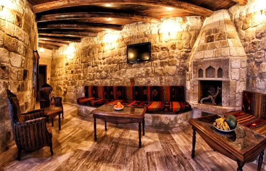 Kemerhan Cave Suites: Reception mit Feuerkamin