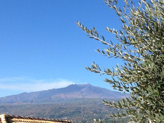 Agriturismo Serra San Biagio: vue de la terrasse principale sur l'etna