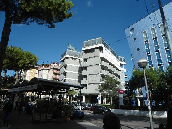 Holiday Inn Rimini Imperiale: hotel visto dai giardini