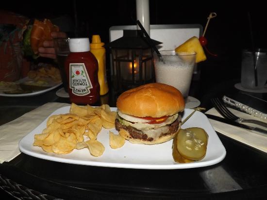 موانا سورفريدير،إيه ويستن ريزورت آند سبا: Delish Burger at Beach Bar 