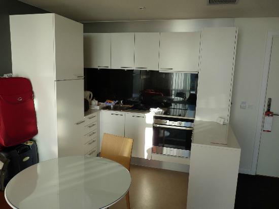 Adina Apartment Hotels Copenhagen: kitchen area
