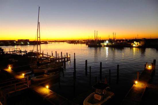 Beaufort Inn: Sunset from a Waterside Room