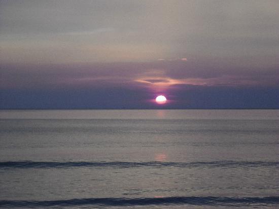 Sunset Beach Resort: Hotel Restaurant & Bar overlooks beautiful sunsets