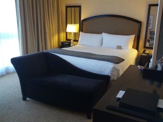 The Beverly Hilton: Bed, room 366