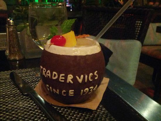 The Beverly Hilton: Cocktail at Trader Vic's lounge