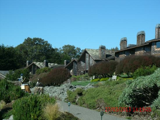 Bodega Bay Lodge: Walking Path to Rooms