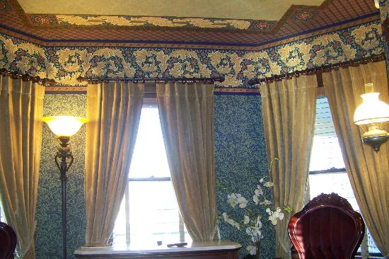 The Village Inn of Woodstock: View inside room - great period wallpaper