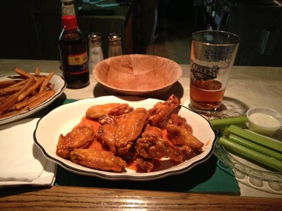 Mr E's Tavern and Fine Food: cold beer and hot wings