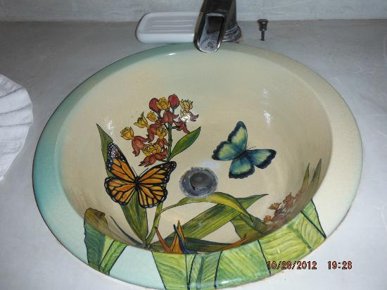 Hotel Tropico Latino: colorful sink