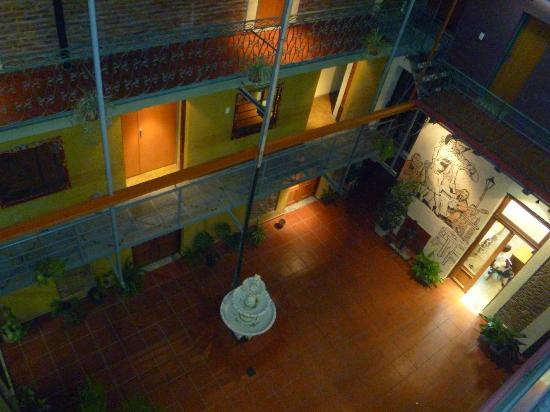 Hotel Parada: Hall desde la habitacion, en la noche