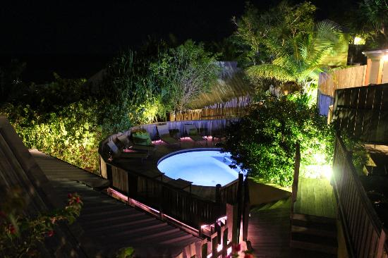 Karibuni Lodge: pool in the evening.