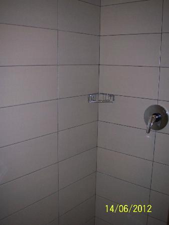 100 Sunset Hotel Managed by Eagle Eyes: Shower