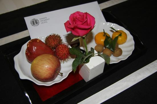 Hanoi Moment Hotel: Small tray of fruit was provided daily