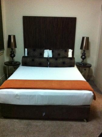 The Bayswater Sydney : Queen bed in twin deluxe