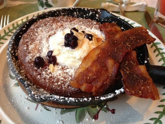 Hartstone Inn & Hideaway: Breakfast pancakes!