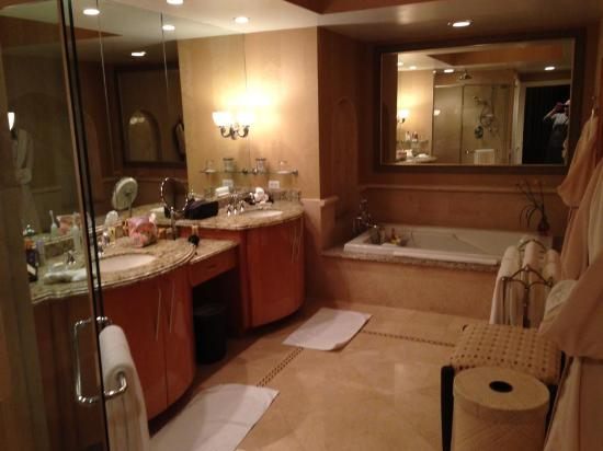 Acqualina Resort & Spa on the Beach: Bathroom