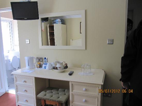 Orchard House : Large vanity with tea/coffee