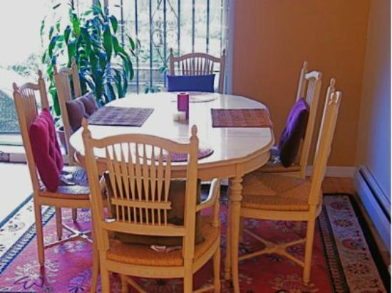 Allie's Inn Bed and Breakfast: Enjoy a warm home cooked meal in our fully equipped kitchen and dining area