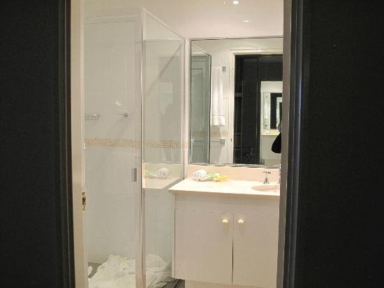The York by Swiss-Belhotel: master bathroom