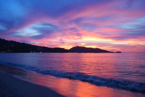 Patong Beach Bed and Breakfast: Glorious sunsets showing nightly
