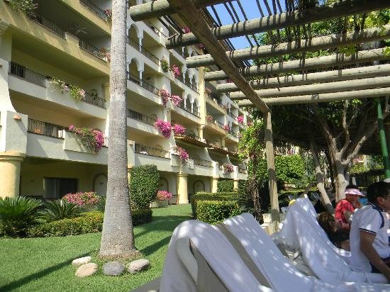 Velas Vallarta: View of some of the exterior of the hotel rooms facing the pool areas