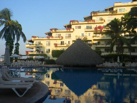 Velas Vallarta: View of the swim-up bar in the main pool and hotel building behind