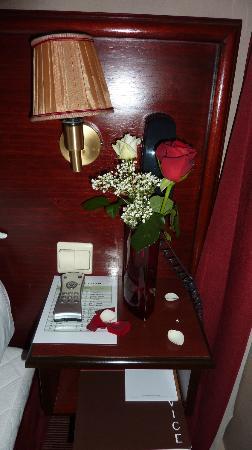 โรงแรมบริตานนิก: Flowers bedside