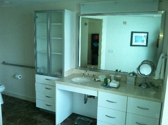 Hilton Fort Lauderdale Beach Resort: Penthouse Guest Bedroom's Bathroom