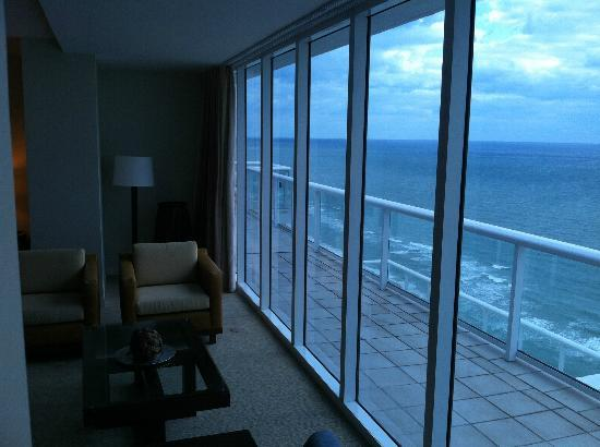 Hilton Fort Lauderdale Beach Resort: Penthouse oceanfront looking northward