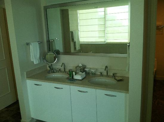 Hilton Fort Lauderdale Beach Resort: Penthouse master bath double sinks