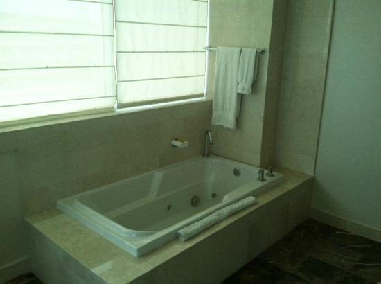 Hilton Fort Lauderdale Beach Resort: Penthouse Master Bath Tub with jets & ocean view
