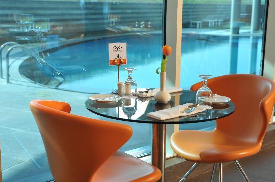 44 West Bay Tower: Restaurant