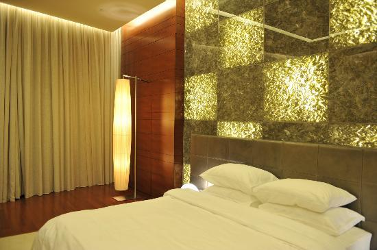 44 West Bay Tower: Room