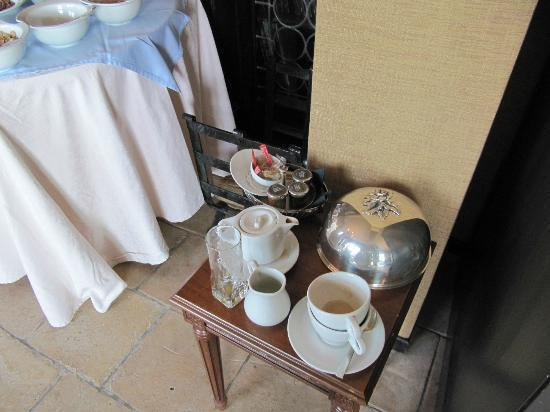 Chateau Eza: Used crockery and utensils being stacked up next to the buffet line for breakfast