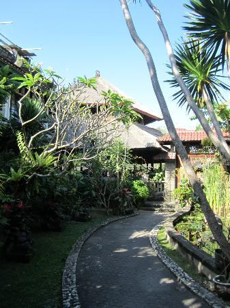 Hotel Prawita: Path to the rooms