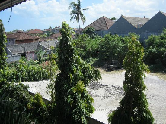 Hotel Prawita: Parking lot view...