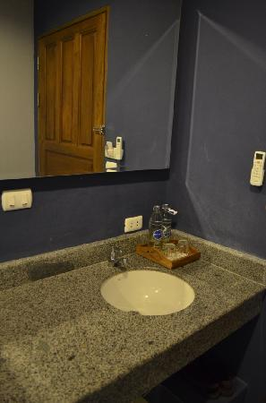 Sino Inn Phuket: The sink out side bathroom
