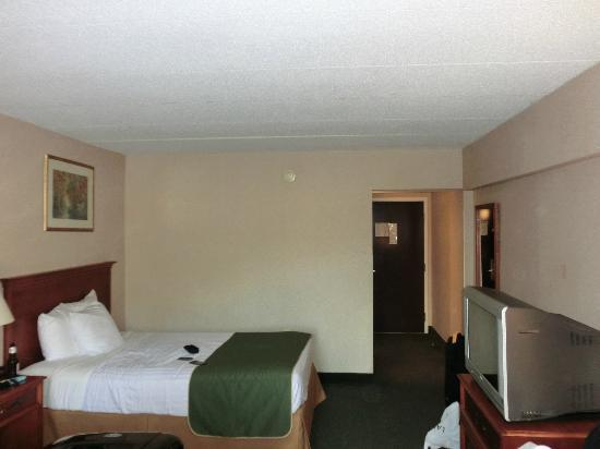 BEST WESTERN Capital Beltway : our room (two double beds) with the old tv