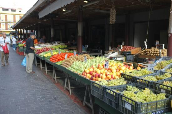 Athens Center Square: Fruit stalls just outside the hotel