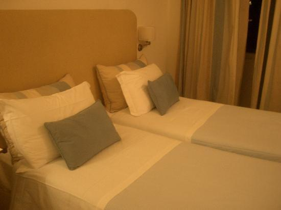 Grand Hotel Angiolieri: Beds with under-the-regular standard.