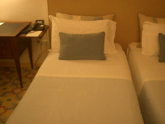 Grand Hotel Angiolieri: A small bed.