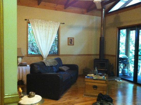 Crater Lakes Rainforest Cottages : living room