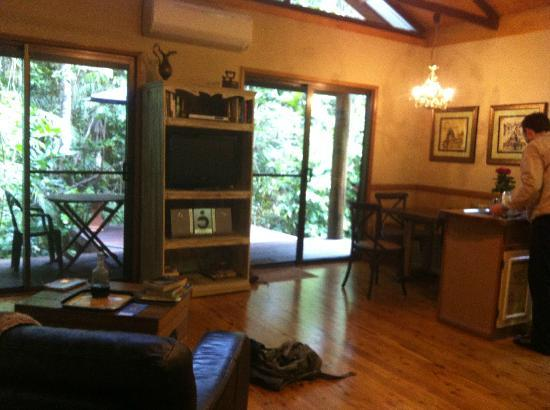 Crater Lakes Rainforest Cottages: breakfast table